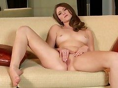 Shae Snow nigh trimmed pussy goes just for cam