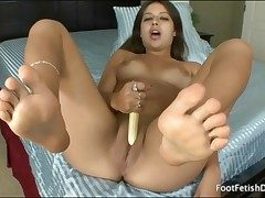 Jynx Labyrinth vibrates her super-sexy clean-shaven pussy